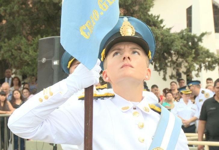 Guillermina Cerra, es la cuarta mujer en la historia de la policía federal en llegar a abanderada.
