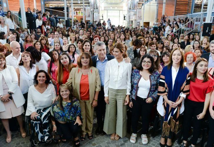 Macri junto a un grupo de mujeres en un acto en el Centro Metropolitano de Diseño.