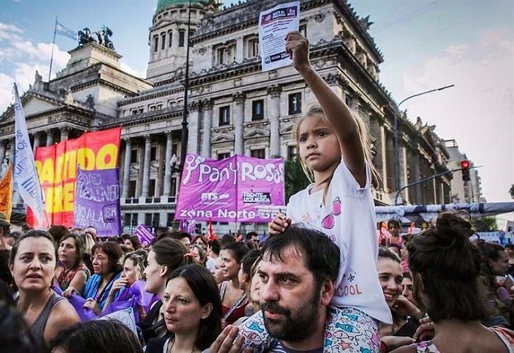 Participación masculina en las marchas por los derechos de la mujer.