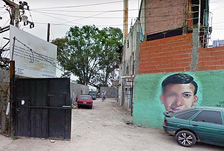 Callejón. Los tres cadáveres estaban a mitad de cuadra, cerca de la cuadrilla eléctrica de la villa de Retiro.