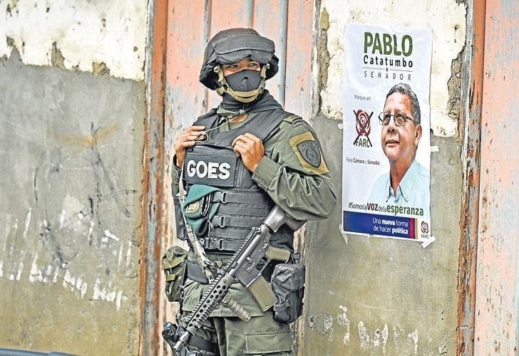 Como en los viejos tiempos. Un policía hace guardia durante una visita de uno de los candidatos parlamentarios de las ex FARC en la zona del Cauca.
