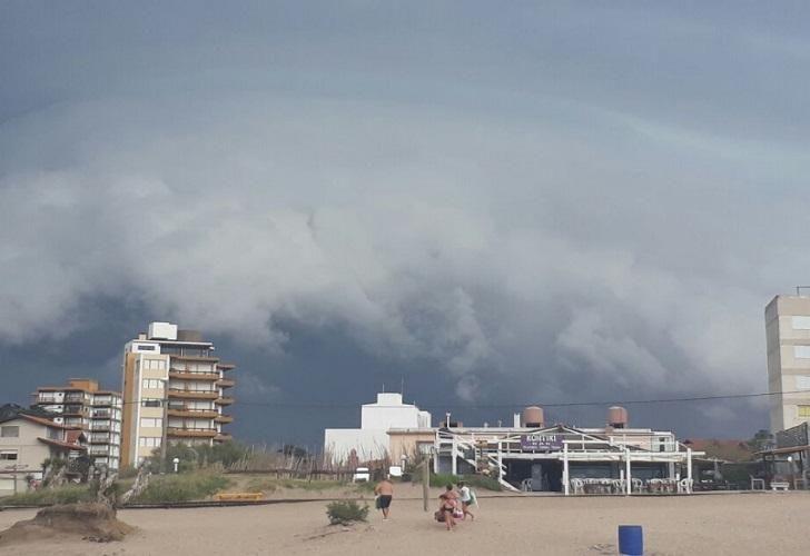 Una tormenta con vientos de más de 150 kilómetros por hora azotó la ciudad costera.
