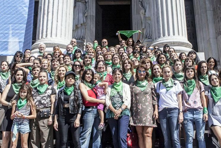 Juntas. En la Puerta del Parlamento, Díaz, Fonzi, Miss Bolivia, Donda, Piñeiro y Carla Peterson, entre otras, antes de la marcha, manifestándose a favor de la legalización del aborto.