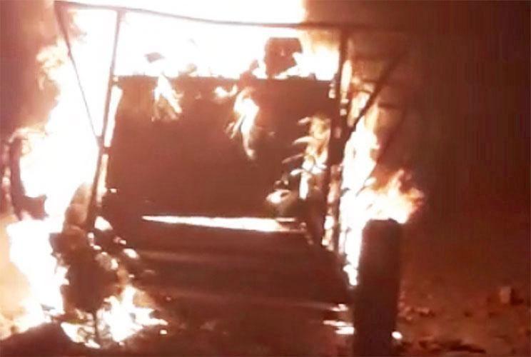 Final. El carro con las tres víctimas arde en medio de la Villa 31.