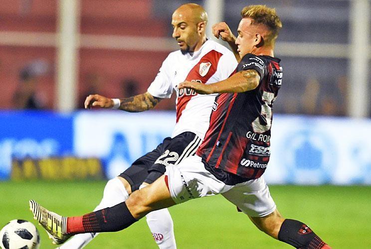 Con la punta del botín. Pinola y Ribas disputan la pelota. El Millonario se quedó con los tres puntos por un gol en contra.