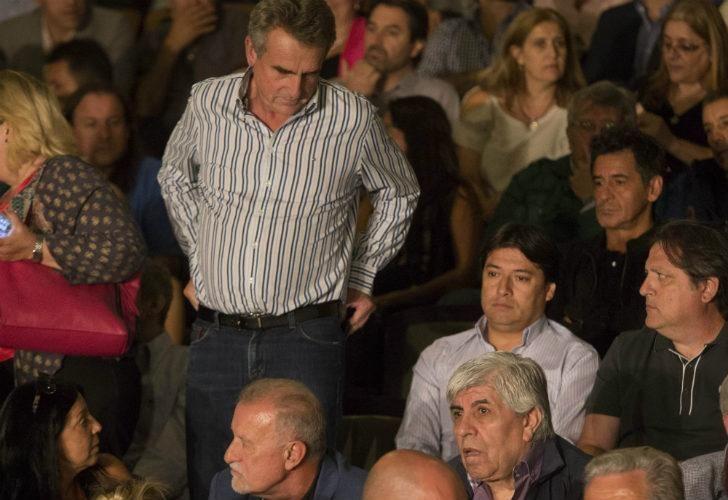 Hugo Moyano se sentó al lado del jefe del bloque de diputados K, Agustín Rossi.