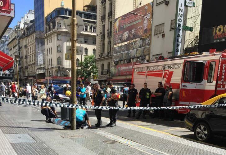 El hecho sucedió en Av. Corrientes y Uruguay. Cuando llegaron los bomberos la mujer ya había muerto.