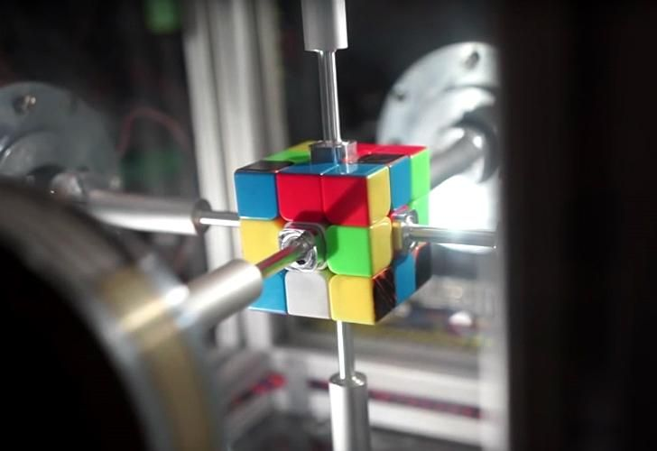 El robot Sub1 Reloaded jugando al cubo Rubik.