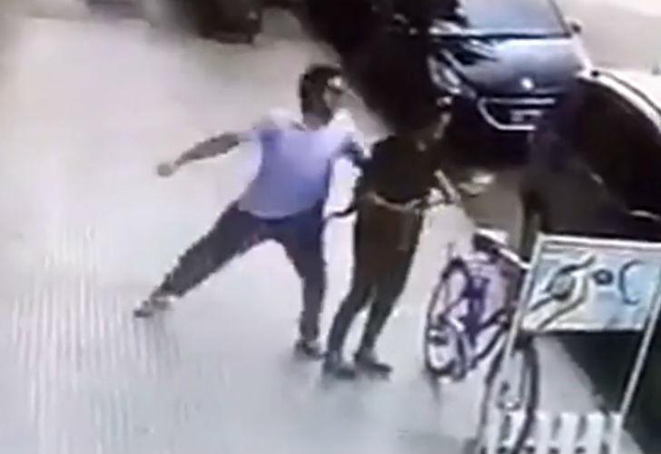 El momento en el que el agresor golpea a la mujer. La filmación es del día 20 de febrero.