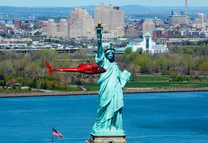 Liberty Helicopter, la empresa del accidente, ofrece volar al lado de la Estatua de la Libertad.
