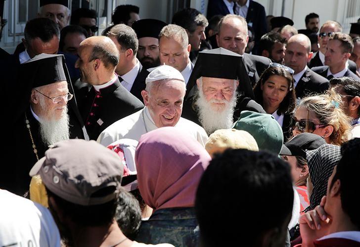 En 2016, Francisco se juntó con el líder espiritual del mundo ortodoxo cristiano, el Patriarca de Constantinopla Bartholomé I, y el arzobispo de Atenas y toda Grecia, Ieronymos II.