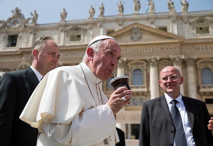 El primer Papa argentino retratado mientras tomaba mate.