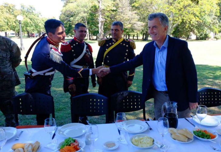 Mauricio Macri durante el asado con Granaderos a Caballo.