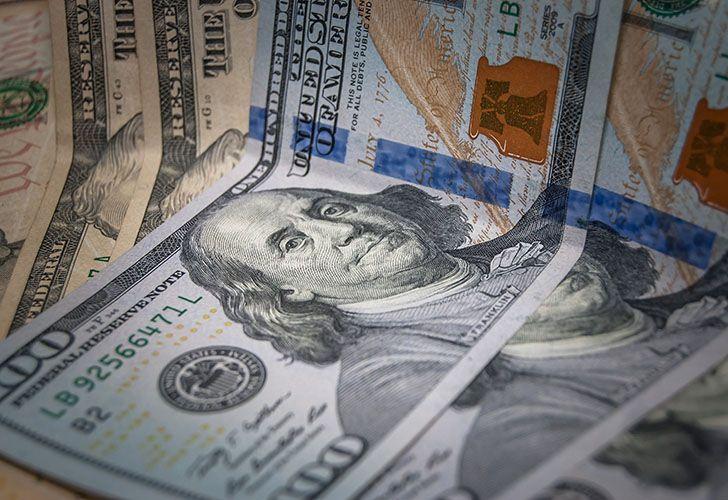 El dólar continúa en alza y en los bancos supera los $24