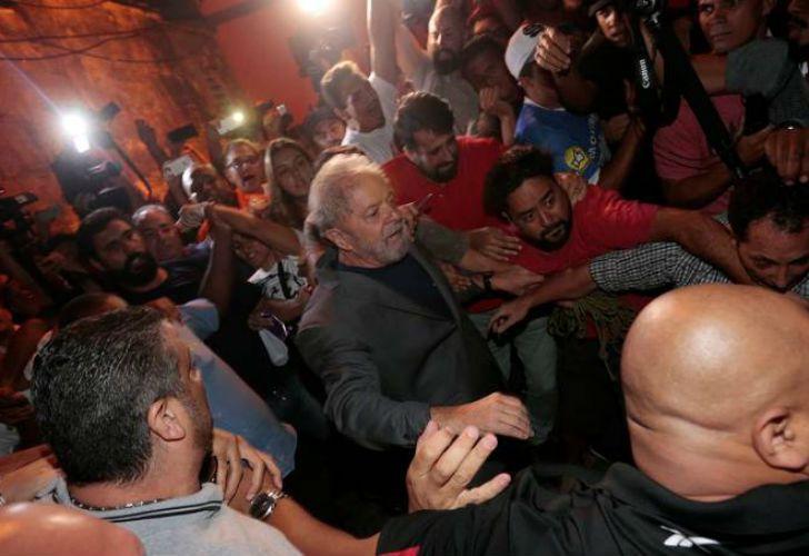 El expresidente caminó pocos metros entre la multitud. Por su seguridad, fue custodiado hasta el aeropuerto de San Pablo.