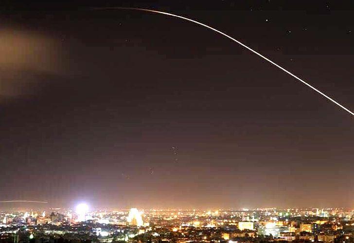 Un misil surca el cielo de Damasco
