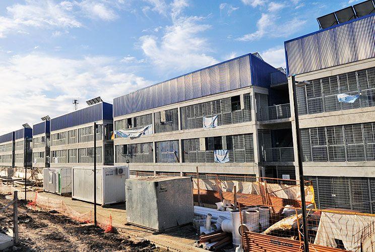 Nuevos. Los edificios son de planta baja y dos pisos y tienen departamentos de dos y tres dormitorios, con baños completos y un living que incluye la cocina. A la próxima etapa se mudarán 80 familias más.