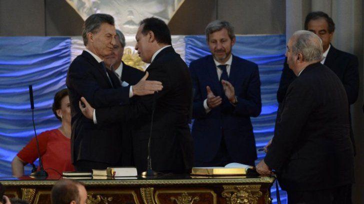 """""""LA TOPADORA"""". Gustavo Santos junto al Presidente en la jura como ministro de Turismo de la Nación. Su gestión es valorada en el Ejecutivo."""