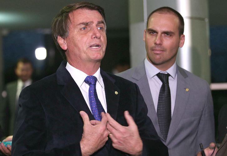 El polémico candidato Eduardo Bolsonaro, junto a su hijo, el diputado Eduardo Bolsonaro.