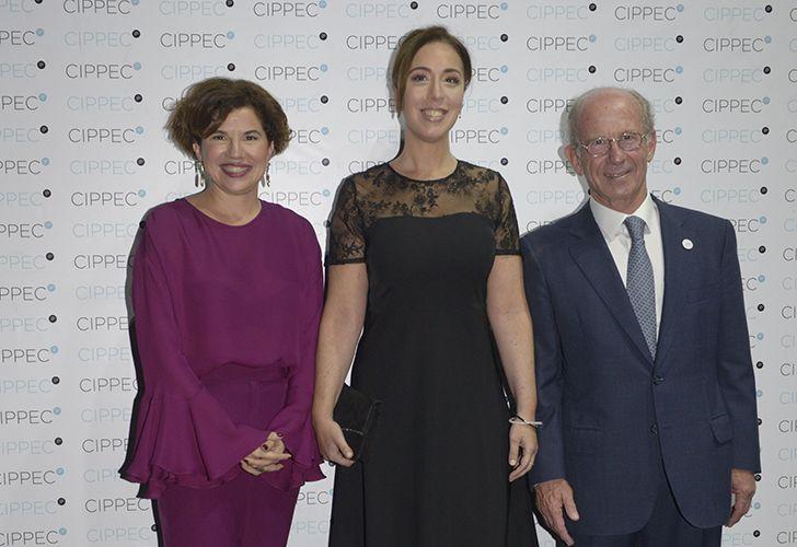 La gobernadora bonaerense, María Eugenia Vidal, con Julia Pomares, directora ejecutiva del CIPPEC y el presidente del Consejo de Administración de la entidad, Jorge Mandelbaum.