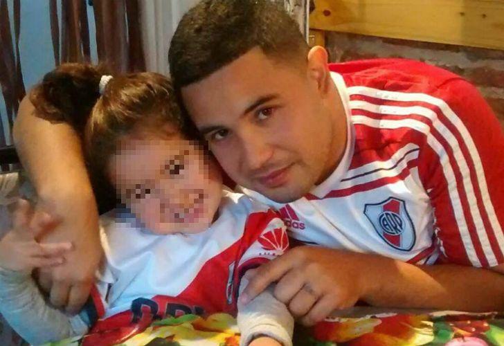 Leandro Miguel Alcaraz junto a su hija.