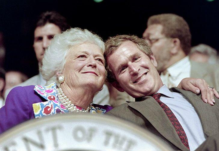 Barbara con su hijo, George W. Bush.
