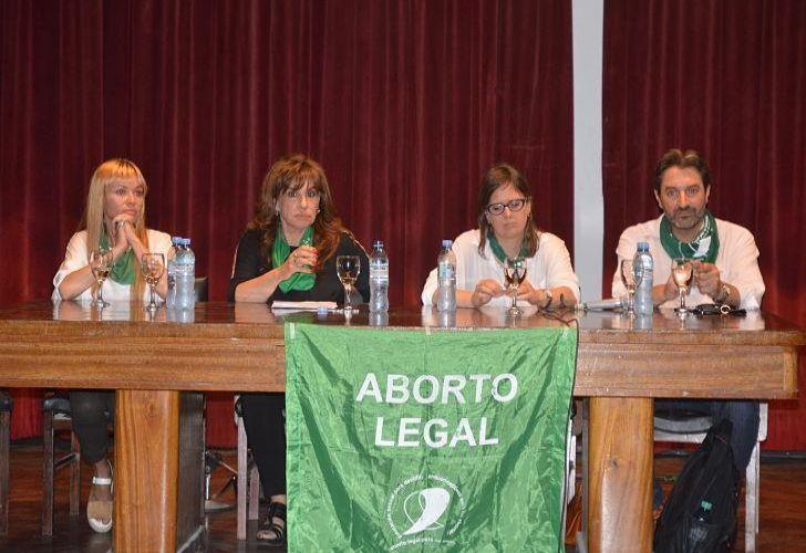 CHARLA EN LA UNC. Austin junto a la también radical Olga Rista y los kirchneristas Gabriela Estévez y Pablo Carro, son los cordobeses a favor de la iniciativa que encabezaron el viernes una charla organizada por la Campaña por el Derecho al Aborto en Ciudad Universitaria.
