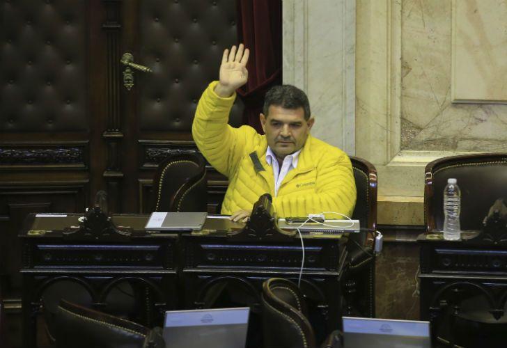 Olmedo llegó con una pala a la sesión especial en Diputados