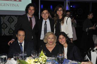 Alberto Fontevecchia acompañado por su esposa, su hijo Jorge y sus nietos Agustino y Bruna.