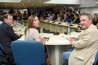 cumbre. La mandataria, rodeada por Bordet y Schiaretti, el jueves en la reunión de gobernadores.