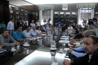 Los gremios docentes bonaerenses rechazaron la oferta de aumento salarial de un piso del 18 por ciento en cuatro cuotas formulada por el gobierno de María Eugenia Vidal para 2017.