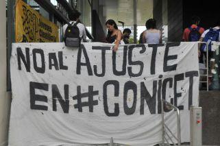 Becarios reanudan reclamo por los ingresos al Conicet
