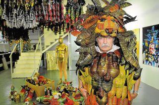 Carnaval. Desechos sirvieron para construir el traje de león que el artista utilizará hoy para desfilar con la Comparsa de los Artistas en el corso de La Paternal.