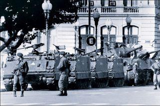 """Tanques. Militares toman el poder """"sin resistencia callejera en un país donde tantas veces la política se definió (y se define) en las calles. No hubo oposición explícita""""."""