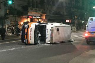 Dos heridos al volcar una ambulancia en Santa Fe y Callao