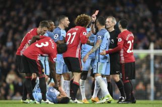 Agüero recibió un cabezazo de un enemigo repetido en el clásico de Manchester