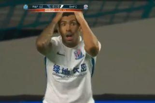 A Tevez le anularon un gol increíble en China