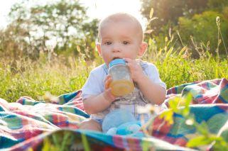 Pediatras piden que menores de un año no beban jugos de fruta