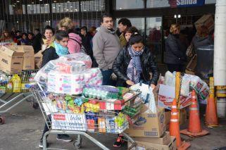 Locura y colas en los supermercados por el descuento del 50% en las compras