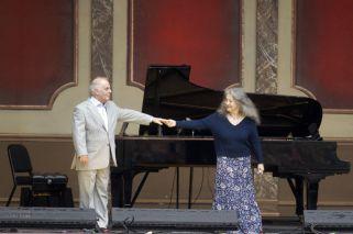 Martha Argerich y el director de orquesta Daniel Barenboim ofrecieron un concierto gratuito y al aire libre en la Plaza del Vaticano, al lado del Teatro Colón.