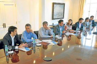 Llegada. El titular de la AABE con Mauricio Macri, que firmó los decretos para subastar tierras.