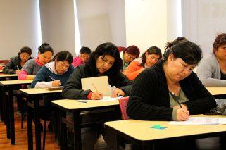 Papelón: agarran a dos docentes copiándose en un examen