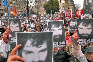 """Reclamo. Miles de personas marcharon ayer a Plaza de Mayo para exigir la aparición con vida del joven. Su hermano, Sergio, dijo que la búsqueda es """"una vergüenza""""."""