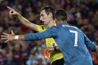 Dura sanción para Cristiano Ronaldo por empujar al árbitro