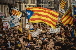 La propuesta para separarse de España provoca fuertes debates en ámbitos cotidianos. Los sondeos anticipan un final abierto. Testimonios de la crispación por el secesionismo