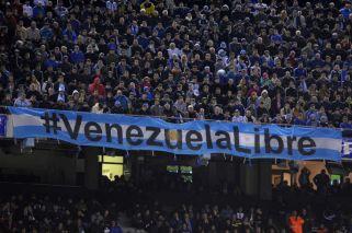 FIFA multó a la AFA por cantos homofóbicos