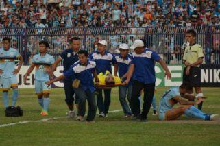Tragedia en el fútbol de Indonesia: chocó con un compañero y murió en el hospital