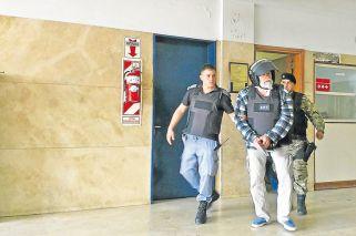 Presos. El Caballo Suárez en los pasillos de Comodoro Py. El Pata Medina en su casa, al ser detenido hace tres semanas.