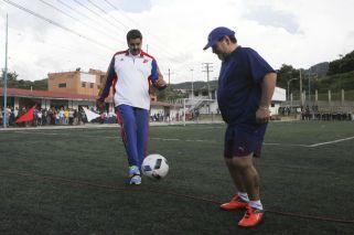 Maradona jugó al fútbol con Maduro y le pidió que