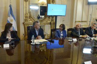 Macri le pidió a los gobernadores planchar los salarios públicos en las paritarias